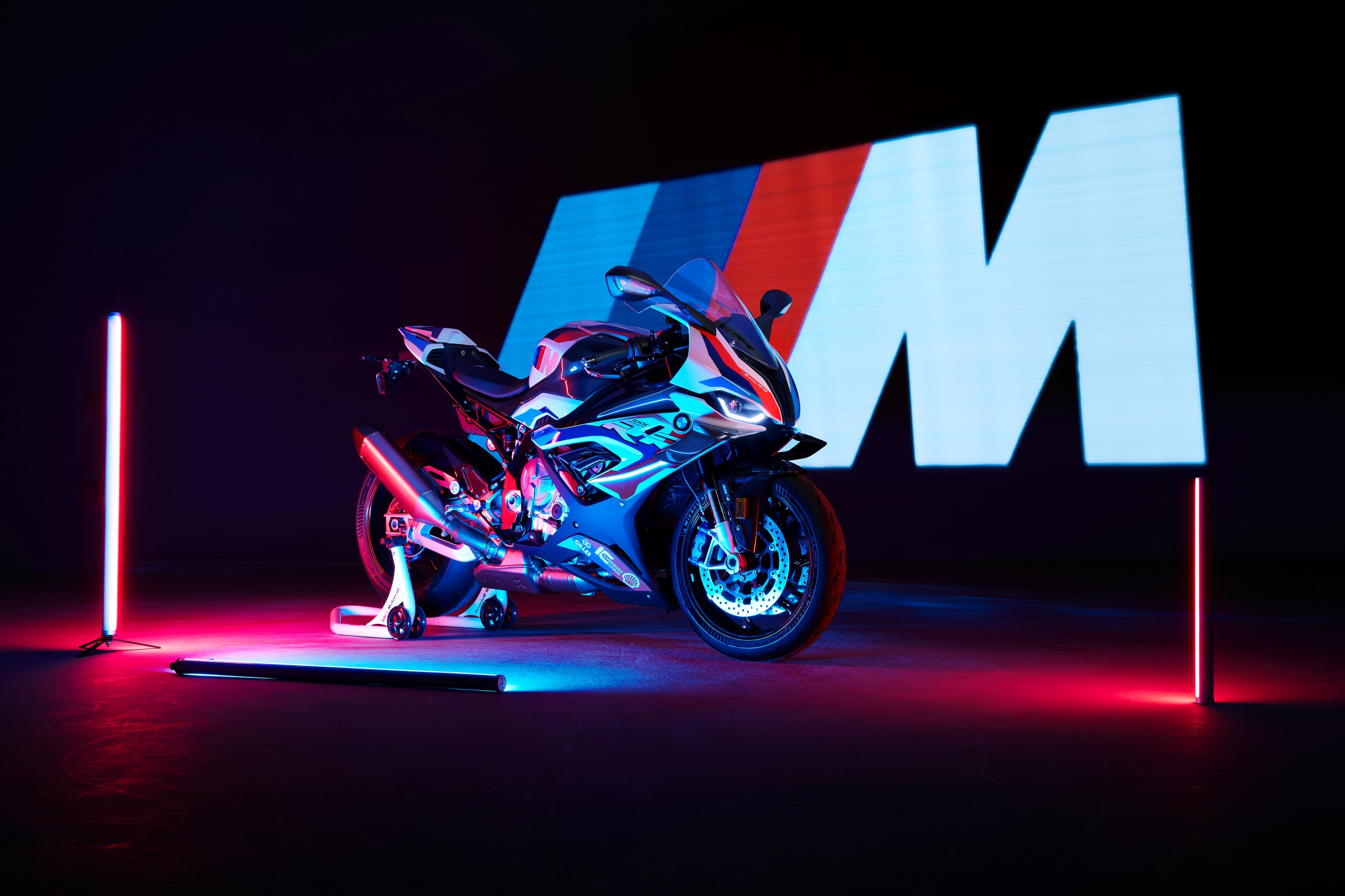 P90398260_highRes_the-new-bmw-m-1000-r