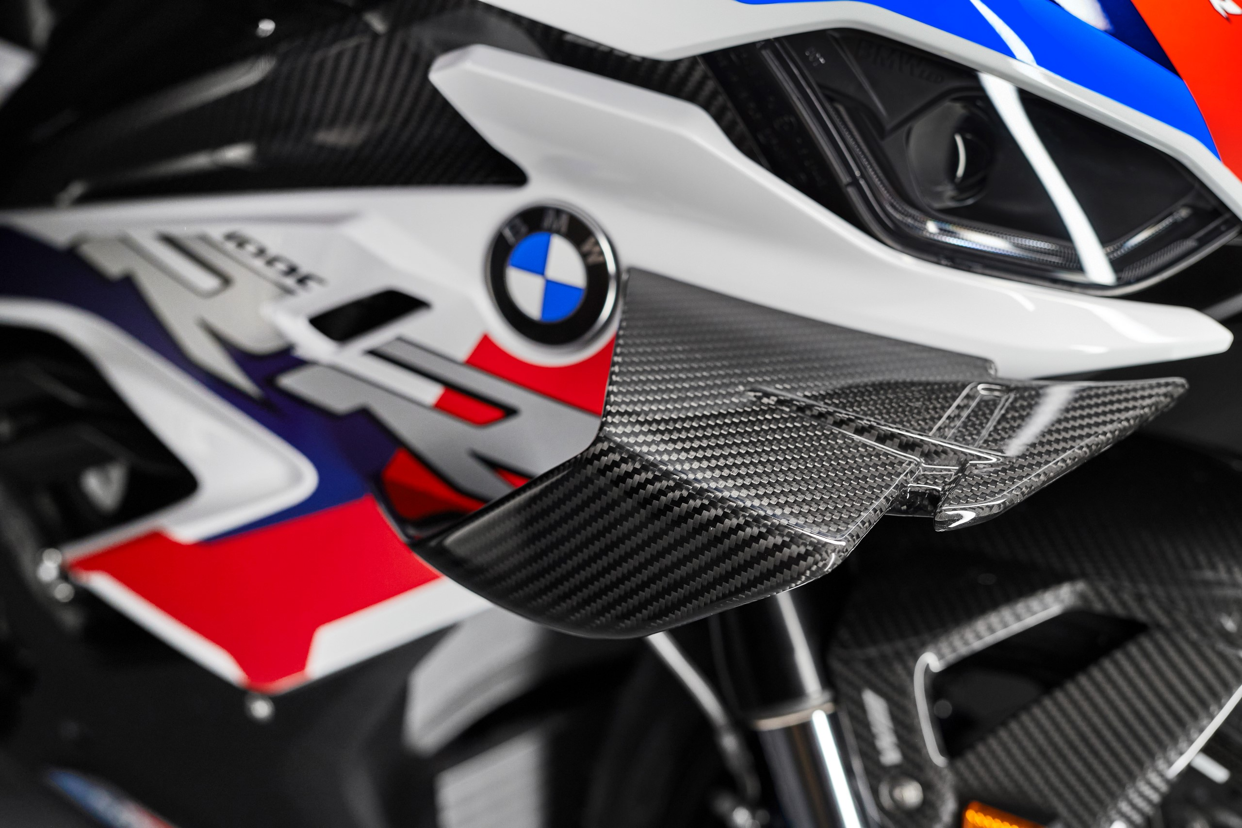 P90398274_highRes_the-new-bmw-m-1000-r