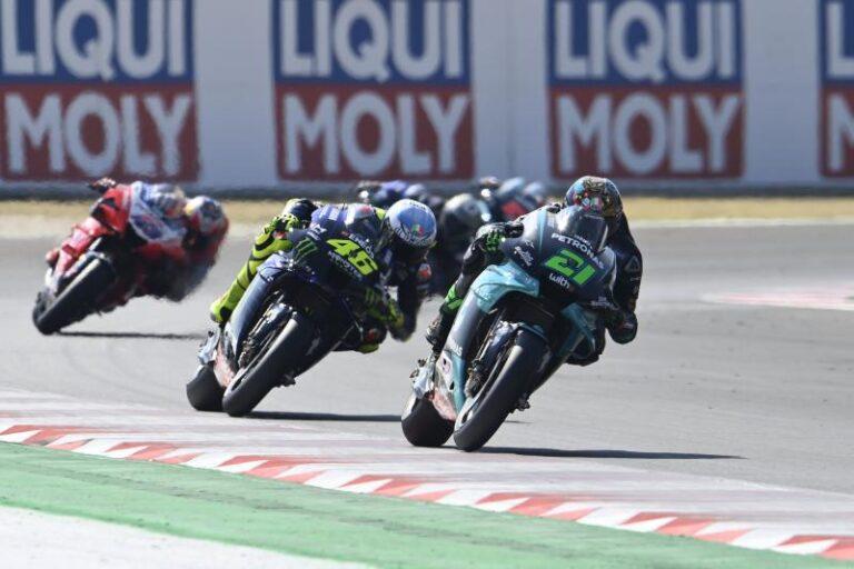 Valentino Rossi in SRT Petronas nel 2021. C'è la firma
