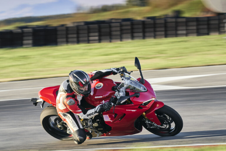 Ducati SuperSport 950, manubri alti racing